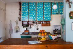 Descubra seis cozinhas com decoração colorida que apostam em diferentes tonalidades e materiais, como formica, laca em degradê, aço, azulejos...