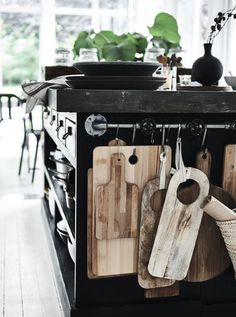 towel rod bar – turned – cutting board storage Handtuchstange – gedreht – Schneidebrett Lagerung This image has get Rustic Kitchen, New Kitchen, Kitchen Dining, Kitchen Decor, Kitchen Island, Room Kitchen, Kitchen Utensils, Kitchen Modern, Kitchen Walls