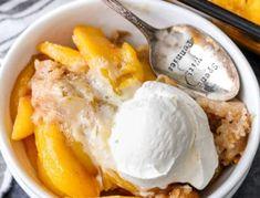 Easy Homemade Peach Cobbler {Quick Prep} - Spend With Pennies Southern Peach Cobbler, Homemade Peach Cobbler, Rhubarb Cobbler, Cobbler Topping, Köstliche Desserts, Delicious Desserts, Dessert Recipes, Dinner Recipes, Cobbler With Bisquick