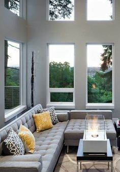joli salon avec canapé d'angle gris et le canape convertible gris