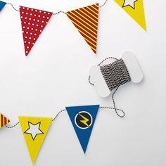 Supersankari-teeman viirinauha.   Huom! Tämä on DIY-tuote, joka sisältää 4 A4-arkkia, eli 16 viiriä. Mikäli haluat pidemmän viirinauhan, tilaa useampi tuote.  Tulostettu 120g/m2 Fabrianon ympäristöystävälliselle myrkyttömälle design-paperille. Classroom Themes, Bunting, Superhero, Garlands, Logos, Birthday, Banners, Cards, Design