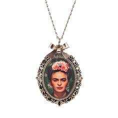 Colar com pingente contendo imagem da Frida Kahlo <br>Tamanho da corrente: 42cm <br>Tamanho do pingente: 4cm