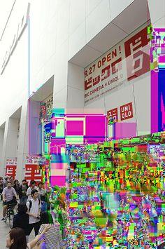 ビックカメラとユニクロのコラボ店「ビックロ」がオープンし、店内に入る人たち(27日午前、東京都新宿区で)=源幸正倫撮影