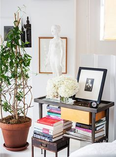 Designed by Vicente, the bedside table provides ample space to hold his latest reads in addition to a few choice pieces from his sculpture and photography collection.