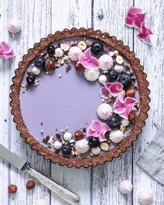 Vegan hazelnut blueberry tart 💜 The perfect treat for a sunny Sunday ☀️ Who wants to come over? In the second pic, you can see how… ILV Vegan Sweets, Vegan Desserts, Just Desserts, Blueberry Desserts, Blueberry Tarts, Tart Recipes, Dessert Recipes, Torte Au Chocolat, Decors Pate A Sucre