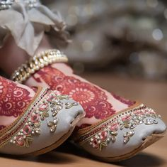 If you're looking for best jutti stores then visit the link to find out the stores along with their price range which are perfect for casual wear, parties and weddings. Bridal Sandals, Bridal Shoes, Wedding Shoes, Bridal Bangles, Gift Wedding, Wedding Nails, Wedding Things, Indian Shoes, Fancy Shoes