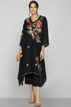 Shop Kaveri Linen Embroidered Tunic , Exclusive Indian Designer Latest Collections Available at Aza Fashions Pakistani Fashion Party Wear, Indian Fashion, Suit Pattern, Embroidery Suits, Embroidery Designs, Kurti Designs Party Wear, Embroidered Tunic, Indian Designer Wear, Indian Outfits