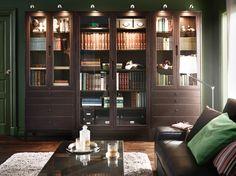 Heimbibliothek mit REGISSÖR Vitrine und REGISSÖR Vitrinen mit 4 Schubladen in Braun