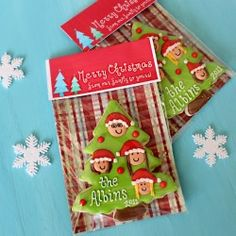 Christmas Family Tree Cookies {with printable toppers} - Glorious Treats Christmas Tree Cookies, Christmas Treats, Holiday Treats, Christmas Biscuits, Christmas Favors, Christmas Candy, Homemade Christmas, Holiday Recipes, Galletas Cookies