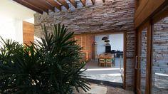 CASA CANYONS DO LAGO : Jardins de inverno rústicos por Mutabile