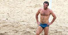 Rodrigo Lombardi mostra o corpo em forma na praia