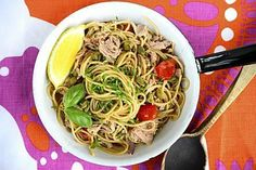 Tonnikalaspagetti valmistuu nopeasti. Raikas sitruunainen kastike on kevyt.