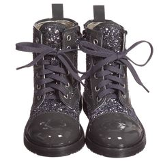 Girls dark grey patent leather ankle boots byMonnalisa with chunky soles and pretty metallic glitter on the upper part. They fasten with laces for tightening and have a zip on the side to make it easy to put them on.  Model:Height110cm,Age5 years Size of shoes shown in the photo:27