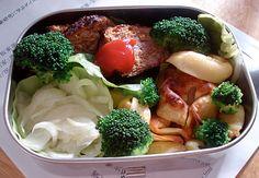 В этом бэнто кусочки приваренной брокколи (в кипящую соленую воду на две-три минуты), жаренные пельмени (в оригинале обжариваются равиоли), фенхель (можно заменить на любой другой любимый овощ или корнеплод) и мясные фрикадельки. Думаю, что просто обжаренные кусочки мяса или птицы тоже подойдут.