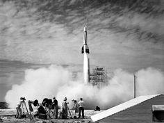 Comienzos de la carrera espacial: Primer lanzamiento desde Cabo Cañaveral en julio 1950. Siete años después, la Unión Soviética lanzó; el Sputnik I y II, los primeros satélites artificiales de la Tierra