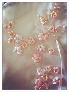 Little roses Silk Ribbon Embroidery, Embroidery Dress, Embroidery Patterns, Hand Embroidery, Ribbon Art, Churidar, Fabric Flowers, Blouse Designs, Elsa