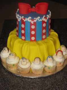 snow white cake ♥ love it. Wish I had this for Em's birthday. Love the dwarfs around the edge