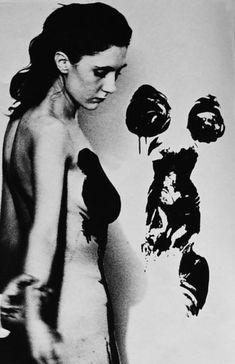 Yves Klein photo of artist Meret Oppenheim painting with the body Land Art, Nouveau Realisme, Jean Tinguely, Yves Klein Blue, Man Ray, Art Model, Conceptual Art, French Artists, Art Plastique