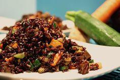 Il riso venere e verdure è un piatto molto semplice da preparare, profumato e gratificante, ottimo per chi è a dieta o per chi soffre di celiachia.