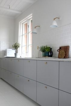 Ikea Metod Veddinge grey cabinet doors with brass door knobs. Wish this is… Ikea Metod Veddinge grey cabinet doors with brass door knobs. Kitchen Ikea, Kitchen Interior, Kitchen Dining, Kitchen Decor, Kitchen White, Kitchen Knobs, Kitchen Lamps, Decorating Kitchen, Kitchen Styling