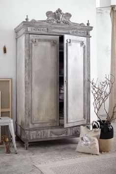 Dieser opulent verzierte, stilvoll antik gefinishte zweitürige Schrank ist ein wunderschöner Solitär, der nicht nur als edler Eyecatcher das Interieur bereichert, sondern ganz nebenbei auch noch über reichlich Stauraum verfügt. #Schrank #Möbel #Vintage