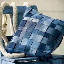 Jeanskudde Återvinn familjens gamla jeans till en riktigt snygg kudde i alla tänkbara nyanser av jeansblått. Passar lika bra i soffan som på tonårsrummet.