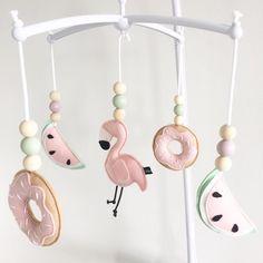 Wij krijgen er trek van! En jullie? . . . #muziekmobiel #tropisch #tropical #flamingo #donut #watermelon #watermeloen #zomer #summer #zon #sun #krijgertrekvan #babyroom #babykamer #box #babyboy #babygirl #handmade #handgemaakt #withlove #metliefde #webshop #ukkepuq