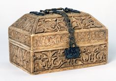 Casket for Daughter of 'Abd al-Rahman III, 962 AD, Victoria and Albert Museum, London, England. Antique Boxes, Antique Items, Museum Exhibition Design, Old Jewelry, Treasure Boxes, Victoria And Albert Museum, Dark Ages, Casket, Ivoire