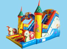 Tobogán Bob Esponja: Enorme hinchable decorado con las esponja más famosa del mar. Tiene una larguísima rampa por la que trepar y una vez arriba podrán lanzarse desde su magnífico tobogán