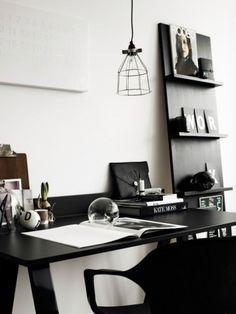 Рабочее место с черным столом.
