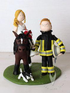 Feuerwehr Brautpaar mit Pferd und Hund Tortenfigur für die Hochzeitstorte - Hochzeitstortenfigur - Weddingcake - Caketopper - Weddingcaketopper - Tortendeko - Hochzeitsideen - Weddingideas von www.tortenfiguren.at
