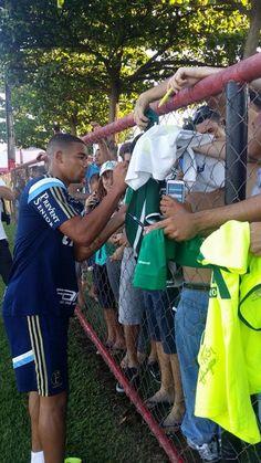 Com forte calor e Gabriel Jesus tietado, Verdão treina em Goiânia #globoesporte