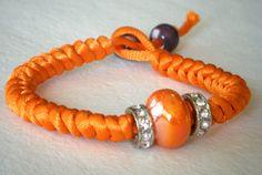 Pulsera de nudo de serpiente con rondelles y pieza cerámica.