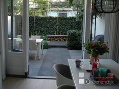Bekijk de foto van BrendaB met als titel 'Tuinloper' van grijze stenen. Optische vergroting van kleine tuin door tegels en andere…