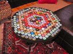 Reutilize as tampinhas de garrafas, para cobrir mesas e dar aquele up na decoração!