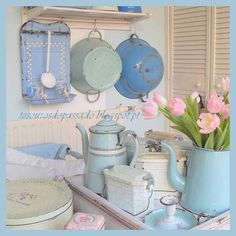 Shabby chic vintage collection of enamelware Cocina Shabby Chic, Shabby Chic Style, Shabby Chic Decor, Chabby Chic, Shabby Vintage, Cottage Chic, Cottage Style, Rose Cottage, Deco Pastel