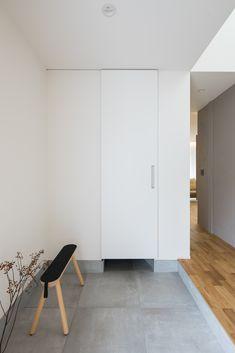 お手入れ簡単なモルタル風の大判タイルを敷いた玄関。扉の奥には、シューズクロークと手洗いが並びます。 #ルポハウス #設計士とつくる家 #注文住宅 #デザインハウス #自由設計 #マイホーム #家づくり #施工事例 #滋賀 #おしゃれ #玄関 #タイル #モルタル風 House Entrance, Entrance Hall, Japanese Style House, Room Interior, Interior Design, Japanese Interior, Minimalist Home, Planer, Interior Architecture