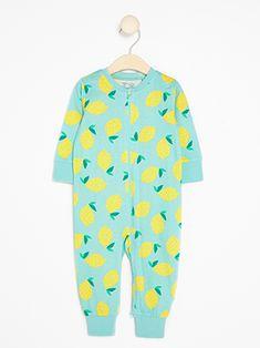06f417dd En behagelig pyjamas med et mønster av sitroner. Den har mansjetter på  ermene og nederst