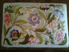 Motif floral style crewel http://stitchinfingers.ning.com/photo/20140425-131749?context=latest