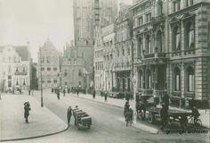 Grote Markt oostzijde met Scholtenshuis en Hoofdwacht 1925-1935. Het meest opvallende pand was het in 1878 gebouwde huis van de familie Scholten. Scholten was vooral bekend van de strokarton- en aardappelzetmeelindustrie.