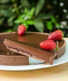 sokolatenia-tarta-marmelada-fraoula chocolate tart with strawberry jam Greek Recipes, Desert Recipes, Greek Sweets, Ice Cream Cookies, Happy Foods, Brownie Bar, Sweet Tarts, Party Desserts, Pain