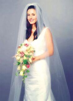 Monica Geller-Bing on her wedding day (Courtney Cox) - Friends Friends Show, Serie Friends, Friends Moments, Friends Forever, Helen Baxendale, Movie Wedding Dresses, Wedding Movies, Courteney Cox Friends, Monica E Chandler