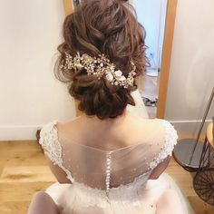 Read more about wedding preparation beauty mariage Check the webpage to get more information Curly Wedding Hair, Hairdo Wedding, Wedding Hair Pins, Evening Hairstyles, Bride Hairstyles, Wedding Hair Accessories, Hair Trends, Curly Hair Styles, Hair Bows