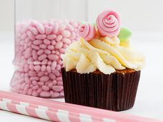 chocolate cupcakes me krema Cheesecake Cupcakes, Chocolate Cupcakes, Cheesecakes, Cupcake Cakes, Muffins, Deserts, Xmas, Sweets, Cookies