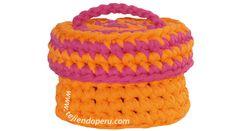 Canasta con tapa de dos colores tejida en trapillo o totora