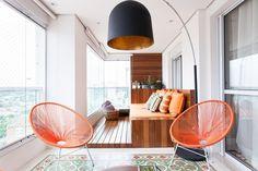 Além da churrasqueira (foto 3), a varanda gourmet com 22 m², desenhada por Merê Esteves   Lucchesi Razuk Arquitetura, possui uma área de estar delimitada pelo deck de madeira. No projeto, os profissionais mantiveram o piso de ladrilhos hidráulicos original do imóvel