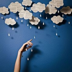 ... Et pour illustrer la saison, ces jolis nuages sont faciles à réaliser avec les enfants. Du papier journal, des gabarits, du fil et des perles / .... and to illustrate the season, these lovely newspaper clouds are easy to make with kids: some newspaper, cloud shape on cardboard, strings and pearls...