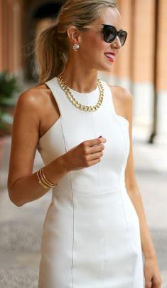 tenue-casual-chic-robe-blanche-avec-partie-décolleté-originale-et-collier-type - Outfits für Frauen nach Anlässen Elegant Dresses, Nice Dresses, Casual Dresses, Dresses For Work, Summer Dresses, Beautiful Dresses, Mode Outfits, Dress Outfits, Fashion Dresses