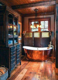 Salle de bain ancienne avec baignoire cuivre et bois