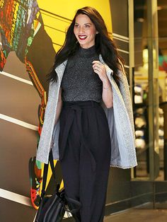Star Tracks: Friday, January 15, 2016   CITY STREETS   After a morning appearance on Live! with Kelly and Michael, Olivia Munn steps out in N.Y.C. in a pair of chic black high-waisted pants.